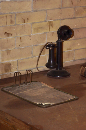 telefono antico: Black antique telephone on desk with clipboard