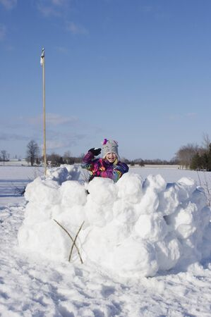 palle di neve: Ragazza in piedi in grande foresta di neve con la palla di neve Archivio Fotografico