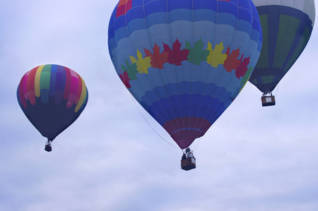 Colorful hot air balloons rising into air Banque d'images
