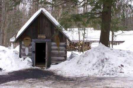 snowshoe hut in snowy forest Stok Fotoğraf - 141093349