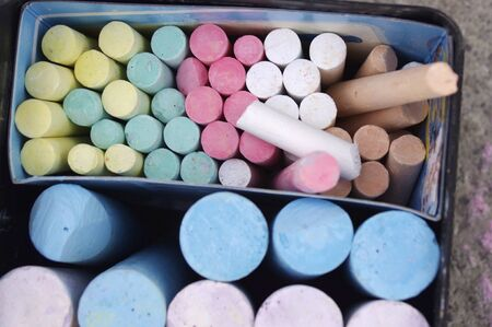 container full of rainbow colored sidewalk chalk Stok Fotoğraf