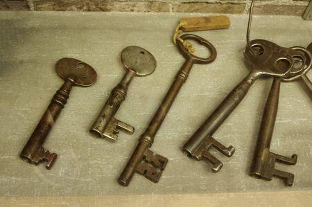 display of antique prison keys on wood surface Stok Fotoğraf - 141993404