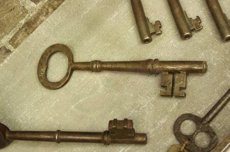 display of antique prison keys on wood surface Stok Fotoğraf - 141991421