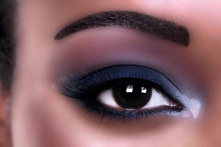 Maquillaje ojo de la mujer afroamericana