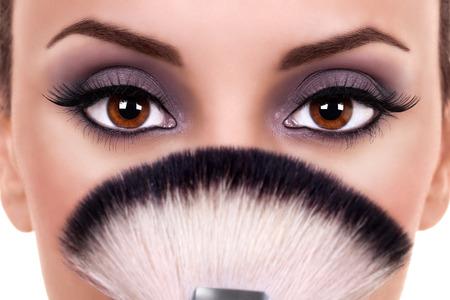 beaux yeux: Belle femme yeux de pinceaux de maquillage Banque d'images