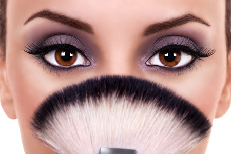 mujer maquillandose: Hermosa mujer de ojos pinceles de maquillaje