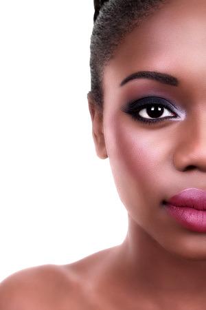 negras africanas: Media cara de la belleza de la mujer del afroamericano que desgasta maquillaje