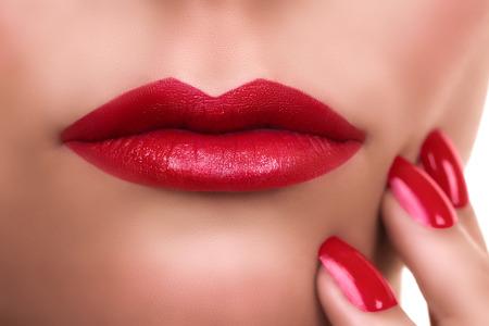 beso labios: Mujer con los labios rojos del l�piz labial y manicura