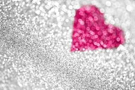 銀の輝きとピンクのハートの背景