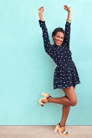 personas saltando: Verano feliz mujer afroamericana