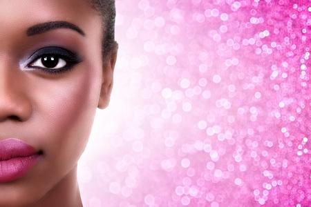 スモーキー目と美しいアフリカ系アメリカ人女性のメイクアップします。