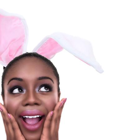 vzrušený: Africká americká černá žena, oblečená v jarní velikonoční zajíc uších nebo Halloween kostýmu králík