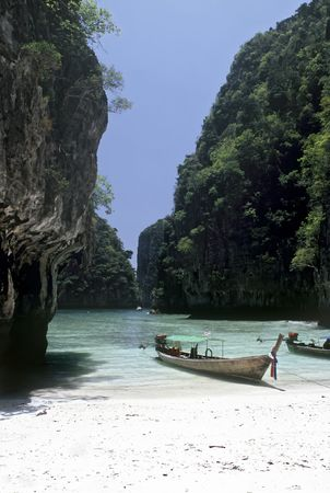 Secluded Beach on Ko Phi Phi Le, Thailand Stock Photo - 6728084