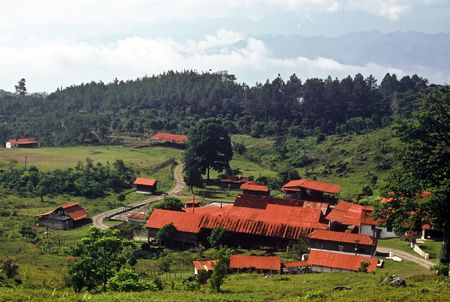 Techos de granja con rojo en las monta�as de Guatemala Foto de archivo - 7085627
