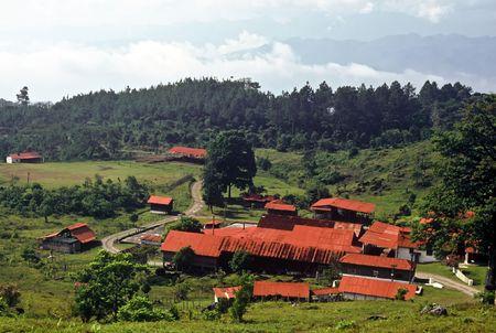 Techos de granja con rojo en las montañas de Guatemala Foto de archivo - 7085627