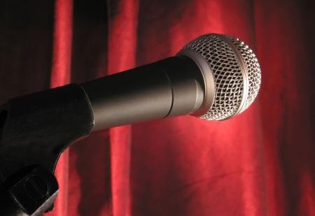 hablar en publico: Un micr�fono en el centro de atenci�n con una cortina roja etapa