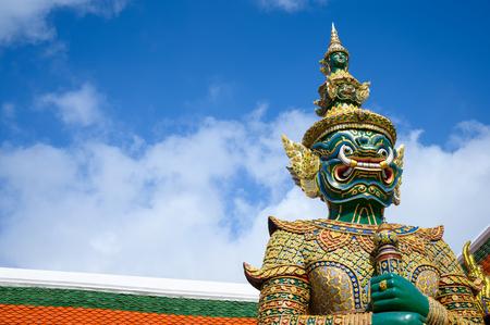 Statue géante à Wat Phra Keaw, Grand Palais Royal de Bangkok en Thaïlande.