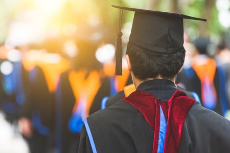 Disparo de sombreros de graduación durante el éxito de graduación graduados de la universidad, felicitaciones de educación en la universidad.