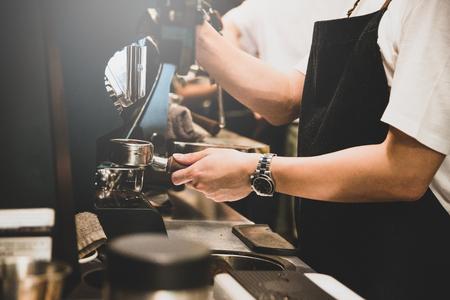Barista che fa il caffè.