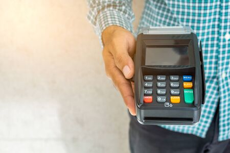Hand man with credit card machine. Banque d'images - 131900680