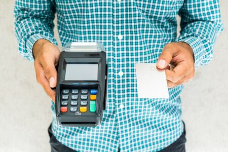 Hand man with credit card machine. Banque d'images - 131900385