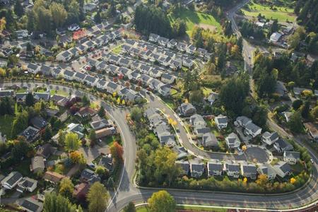 viviendas: Sol de la tarde brilla en un barrio suburbano en Washington Editorial