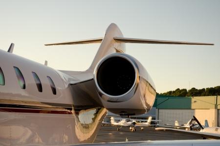 ビジネス ジェット テールビューと左エンジンです。