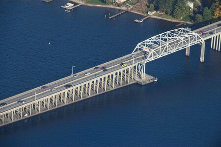 SR520 in Seattle, WA approaching the eastern shoreline 新聞圖片