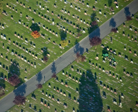 Rows of gravestones in a cemetery 新聞圖片