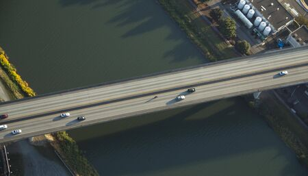 Aerial view of cars crossing a bridge in Tacoma, WA 新聞圖片