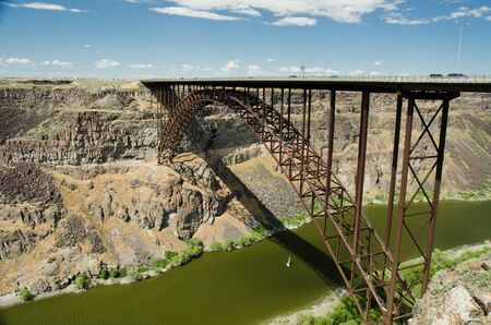 Popular base jumping bridge towering over a river. 新聞圖片