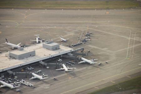 Parked airliners at Seattle-Tacoma International - aerial view 新聞圖片