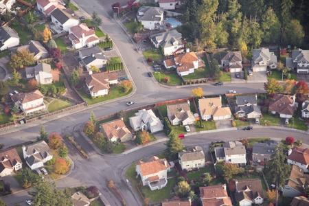 Luchtfoto van enkele auto rijden op een wijk weg
