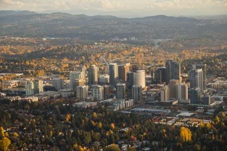 秋のワシントン州ベルビュー ダウンタウンの空撮