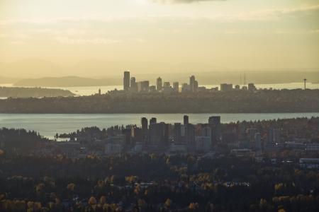 背景に前景とシアトル ベルビューの空中ビュー 写真素材