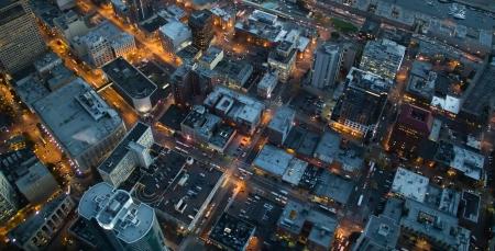 aerial: Veduta aerea di luci a crepuscoli in Seattle, WA