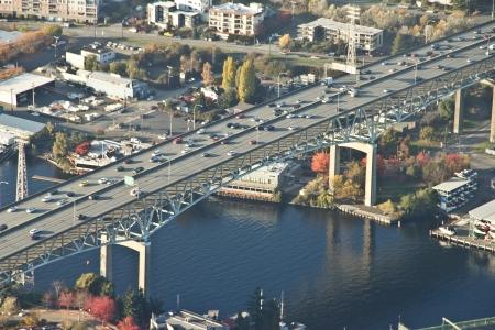 大きな橋と運河の反射の空気遠近法 写真素材