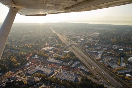 小型飛行機からパイロットの視点から夕日の空中ショット