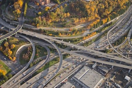 主要な複雑な道路交差点の鮮やかな色の空撮