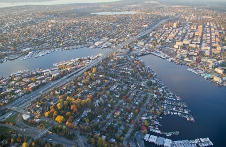 市街地と運河の航空写真