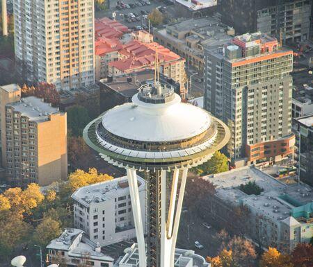 背景の建物とスペース ニードルの航空写真