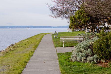 海辺の公園でのパス上を歩く視点