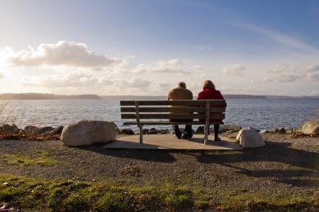 老人と日没の眺めを楽しむ女性