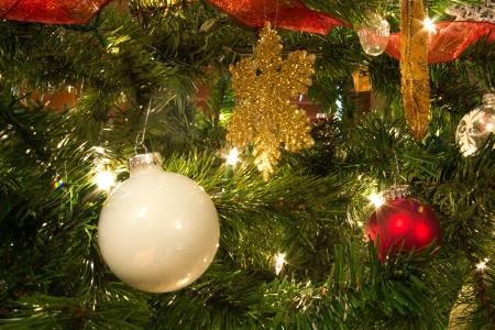 色鮮やかなクリスマス ツリーの装飾