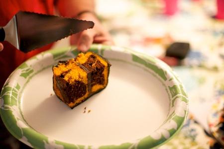 hands off: Persona manos de un plato de pastel de cumplea�os