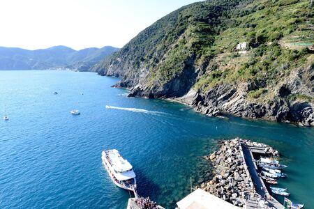 cinque: Boat unloads people in Vernazza, Cinque Terre