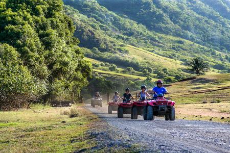 オアフ島, ハワイ, 2010 年 10 月: オアフ島、ハワイでの映画撮影サイトを参照してくださいにクアロア牧場にバギーで移動するツアー グループ 報道画像
