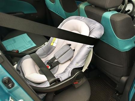 car seat: Un seggiolino rivolto all'indietro
