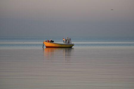 古い木製の釣り船は、海に停泊。