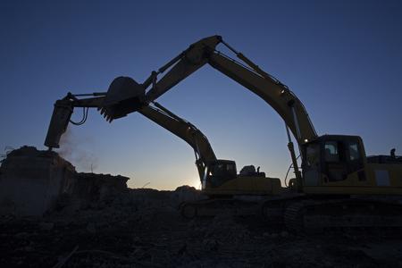 Der Eimer Bagger und der Bagger mit einem Hammer arbeiten, um die Baustelle zu Clearing Standard-Bild - 44111862